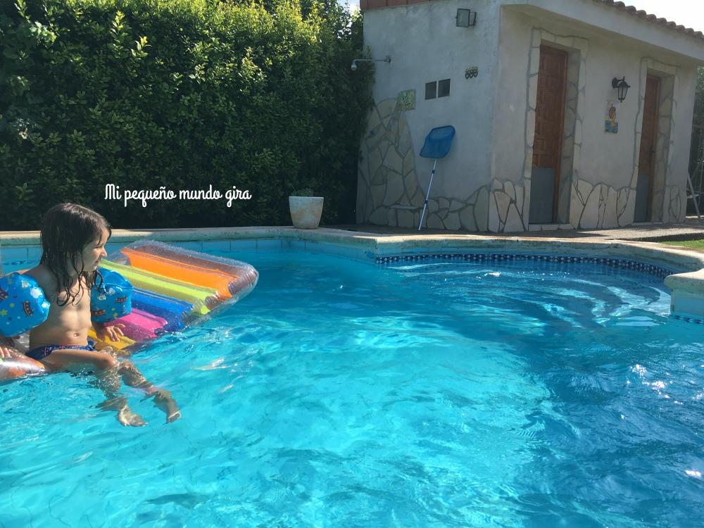 disfrutar en el agua en la piscina