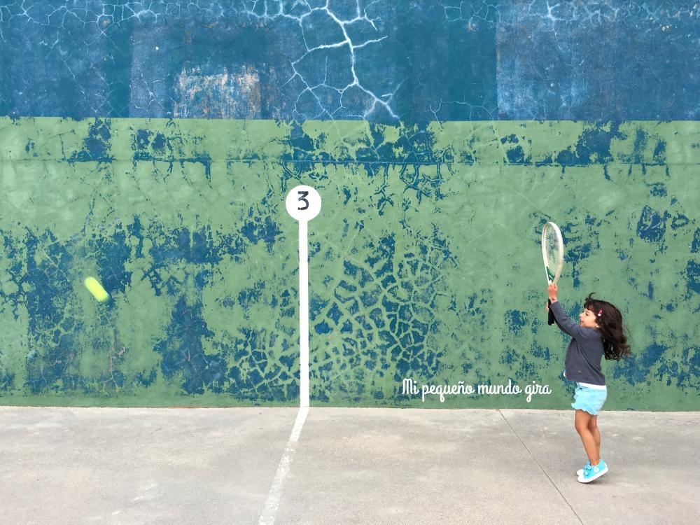 aprender a jugar con la raqueta no es fácil