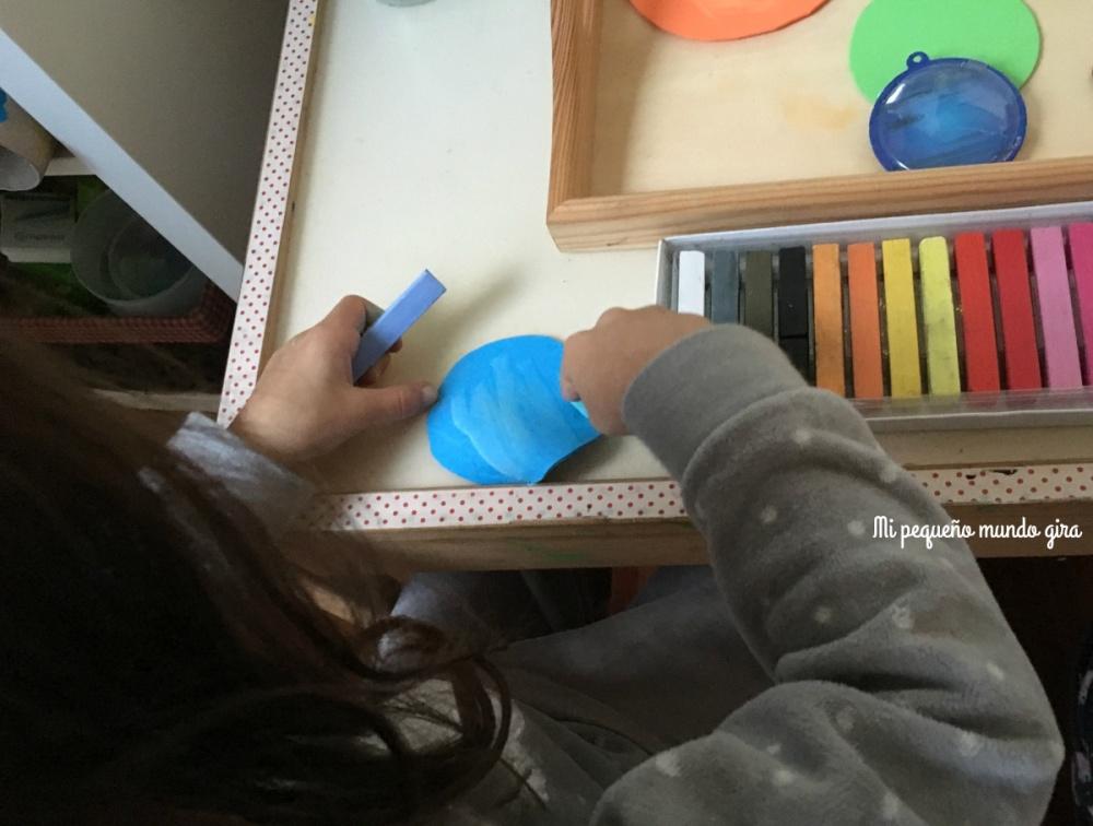 hacer planetas de goma eva y pintarlos