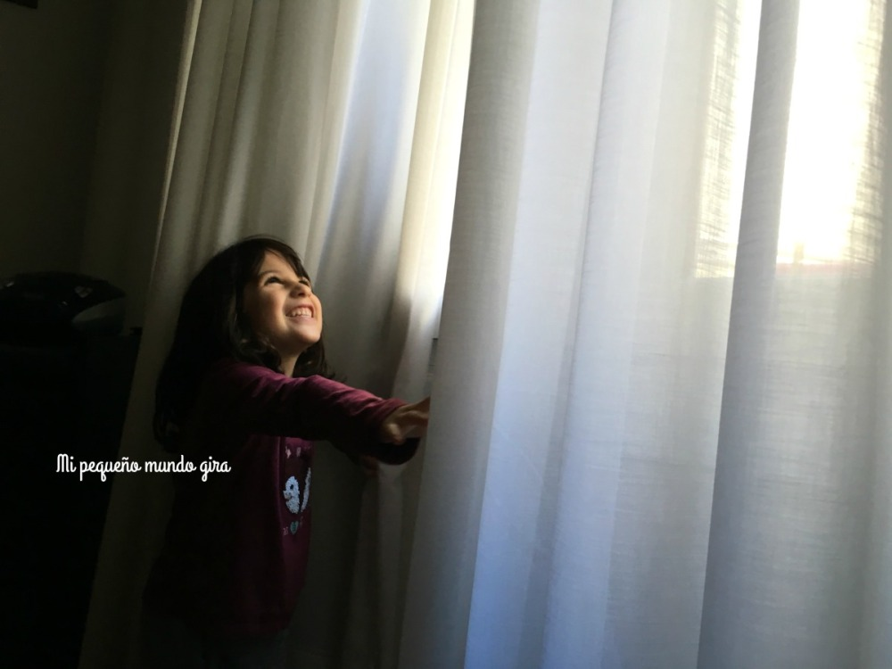jugar con las cortinas de amama