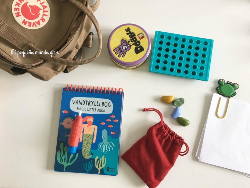 cosas y juegos que llevo en la mochila para la peque