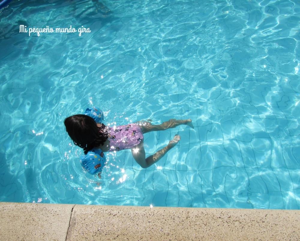 jugar en la piscina