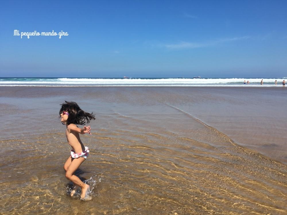 disfrutar en la playa con las olas